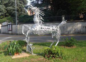 La scultura de Il cavallo rosso